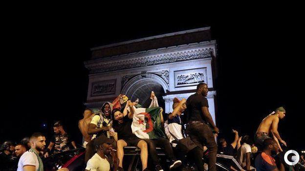 20 июля. Париж. Болельщики сборной Алжира празднуют победу сборной в Кубке Африки. Фото AFP