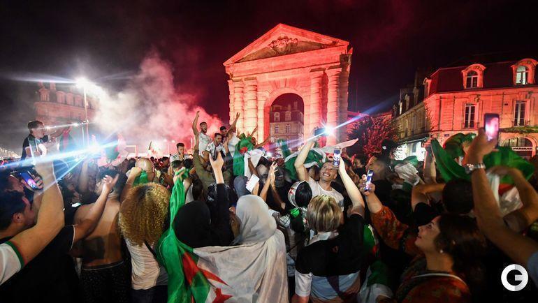 20 июля. Бордо. Болельщики сборной Алжира празднуют победу сборной в Кубке Африки.
