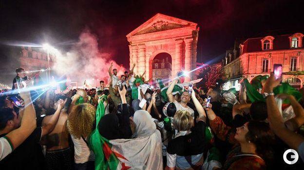 20 июля. Бордо. Болельщики сборной Алжира празднуют победу сборной в Кубке Африки. Фото AFP