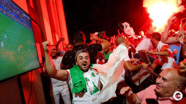 20 июля. Марсель. Болельщики сборной Алжира празднуют победу сборной в Кубке Африки. Фото Reuters