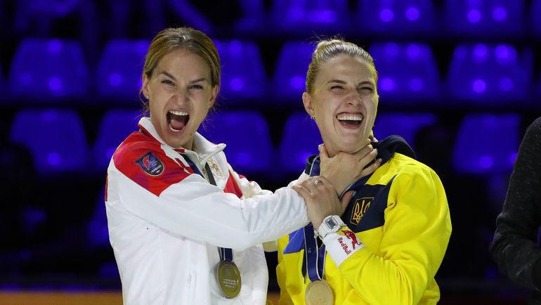 Россиянка Софья Великая и украинка Ольга Харлан после церемонии награждения на чемпионате мира по фехтованию в Будапеште. Фото AFP