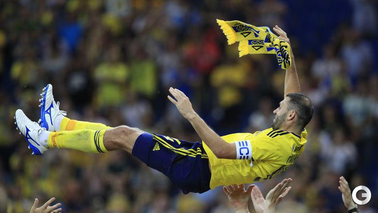 Машет желто-синим платочком Александр Гацкан. Он больше не выйдет на поле ростовской арены в качестве футболиста хозяев.