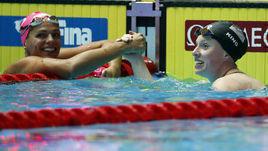 23 июля. Кванджу. Юлия Ефимова (слева) поздравляет Лилли Кинг.