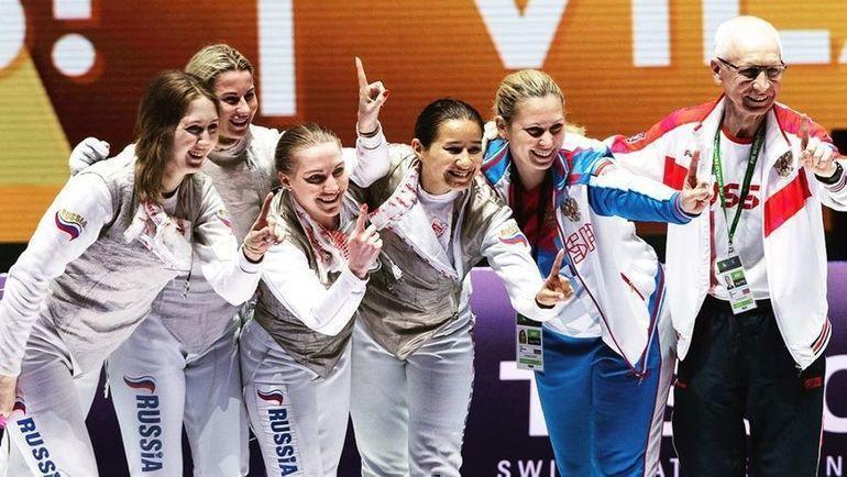 Сборная России после победы на чемпионате мира. Фото FIE