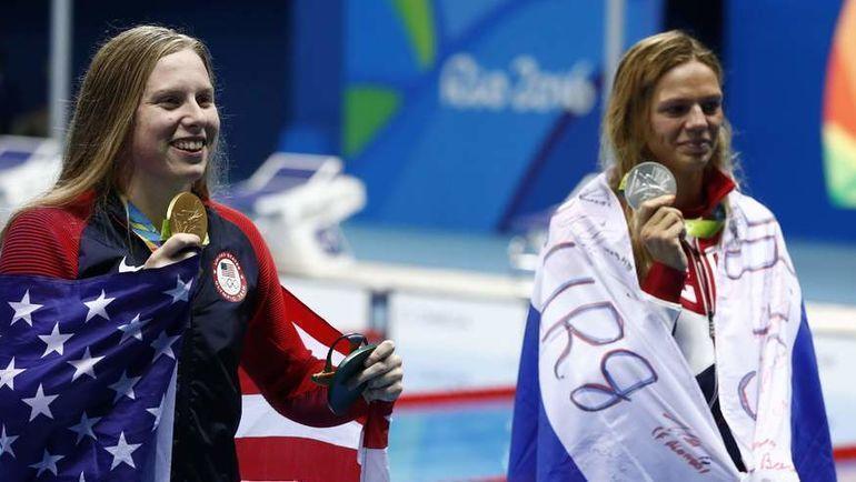 8 августа 2016 года. Рио-де-Жанейро. Лилли Кинг (золото) и Юлия Ефимова (серебро) на награждении после дистанции 100 метров брассом. Фото AFP