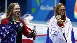8 августа 2016 года. Рио-де-Жанейро. Лилли Кинг (золото) и Юлия Ефимова (серебро) на награждении после дистанции 100 метров брассом.