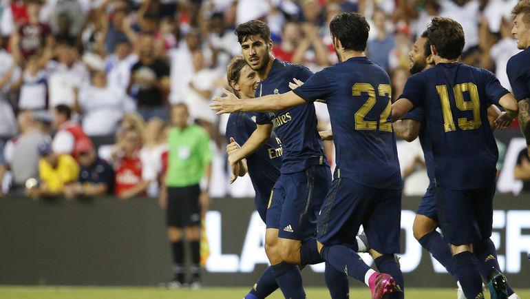 """23 июля. Лэндовер. """"Реал"""" - """"Арсенал"""" - 2:2. Партнеры поздравляют Марко Асенсио с забитым мячом."""