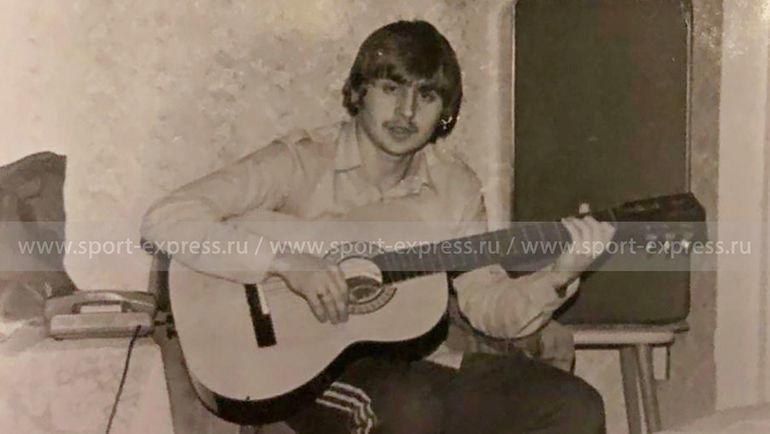 Молодой Федор Черенков с гитарой. Фото из архива семьи Черенковых