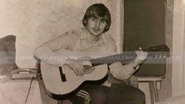Молодой Федор Черенков с гитарой.