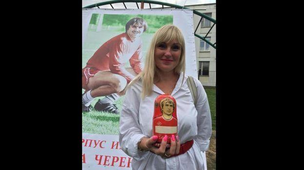 Дочь Фёдора Черенкова Анастасия была изумлена и обрадована, увидев болельщика с матрешкой с изображением своего отца.