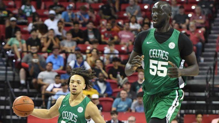"Тако Фолл (справа) в матче Летней лиги НБА за ""Бостон"". Фото AFP"