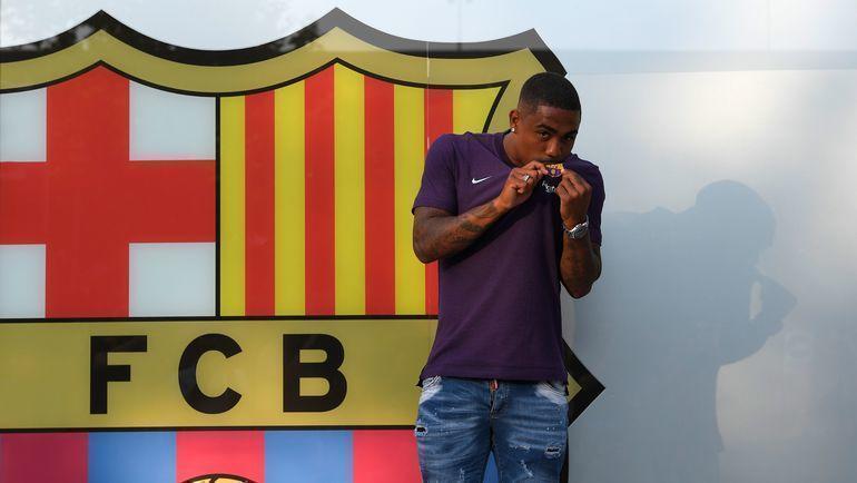 24 июля 2018 года. Барселона. Малком целует эмблему своего нового клуба. Фото AFP