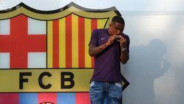 24 июля 2018 года. Барселона. Малком целует эмблему своего нового клуба.