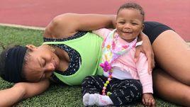 Эллисон Феликс с дочкой.