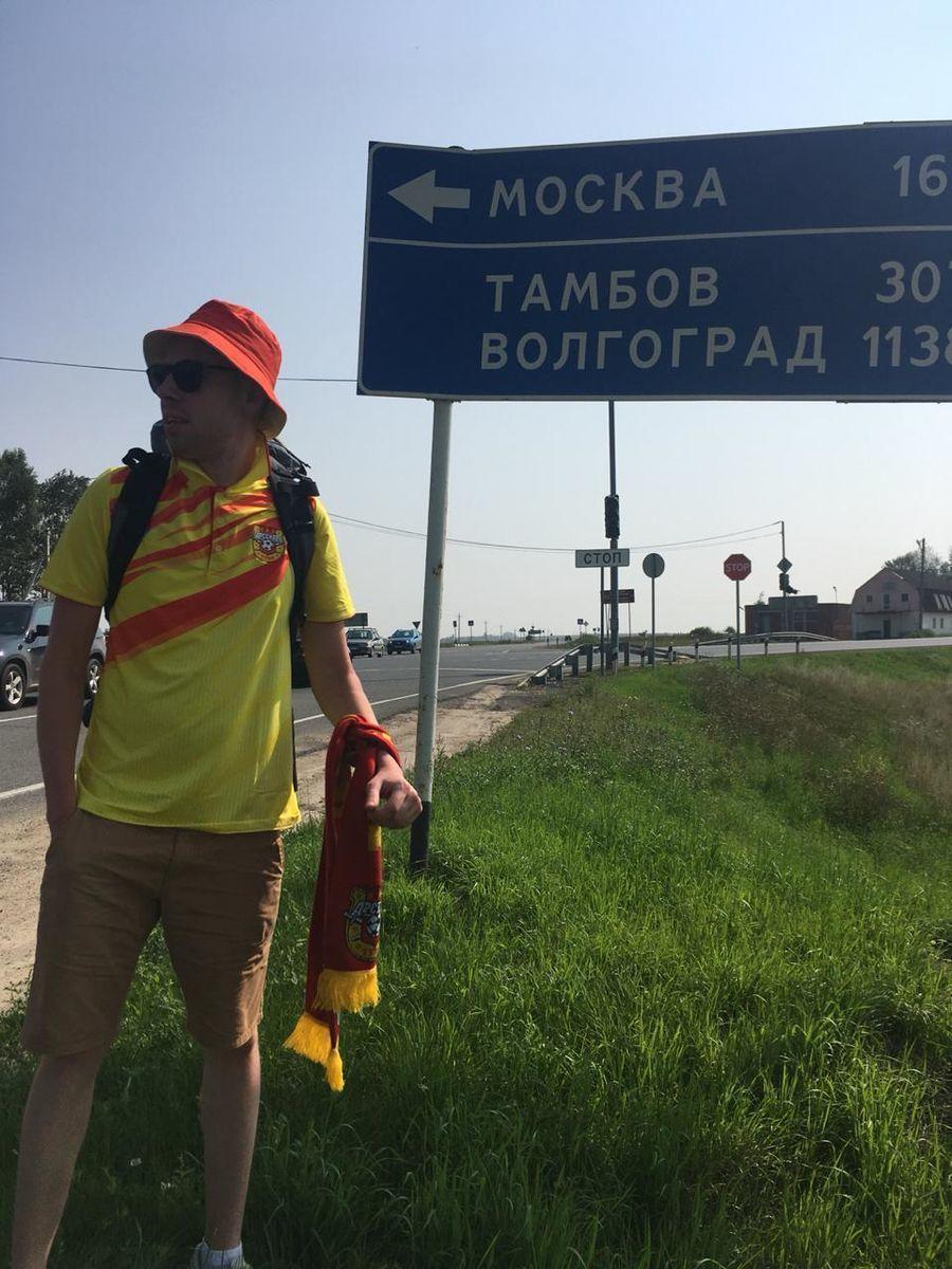 Остался без денег и поехал в Баку автостопом. История смелого тульского болельщика