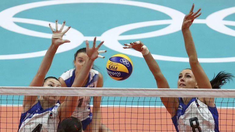 Связующая женской сборной России по волейболу Наталия Гончарова (справа). Фото REUTERS
