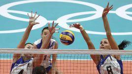 Связующая женской сборной России по волейболу Наталия Гончарова (справа).