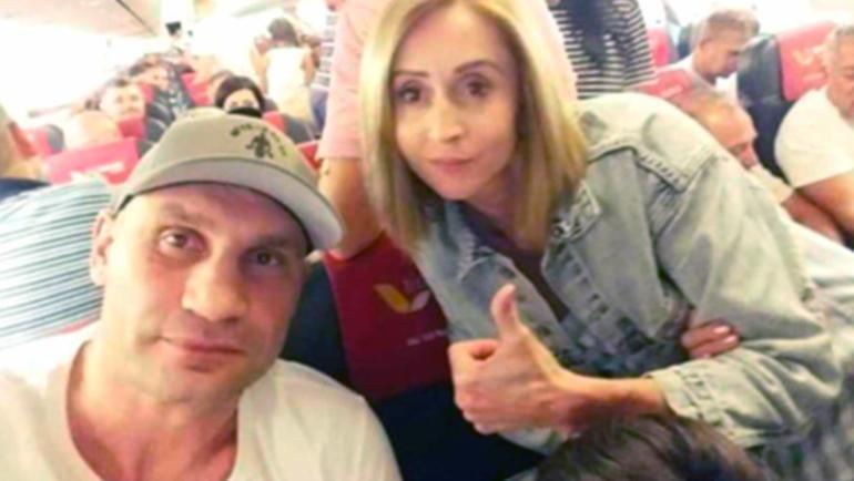 Фото мэра Киева Виталия Кличко на борту самолета. Фото Facebook