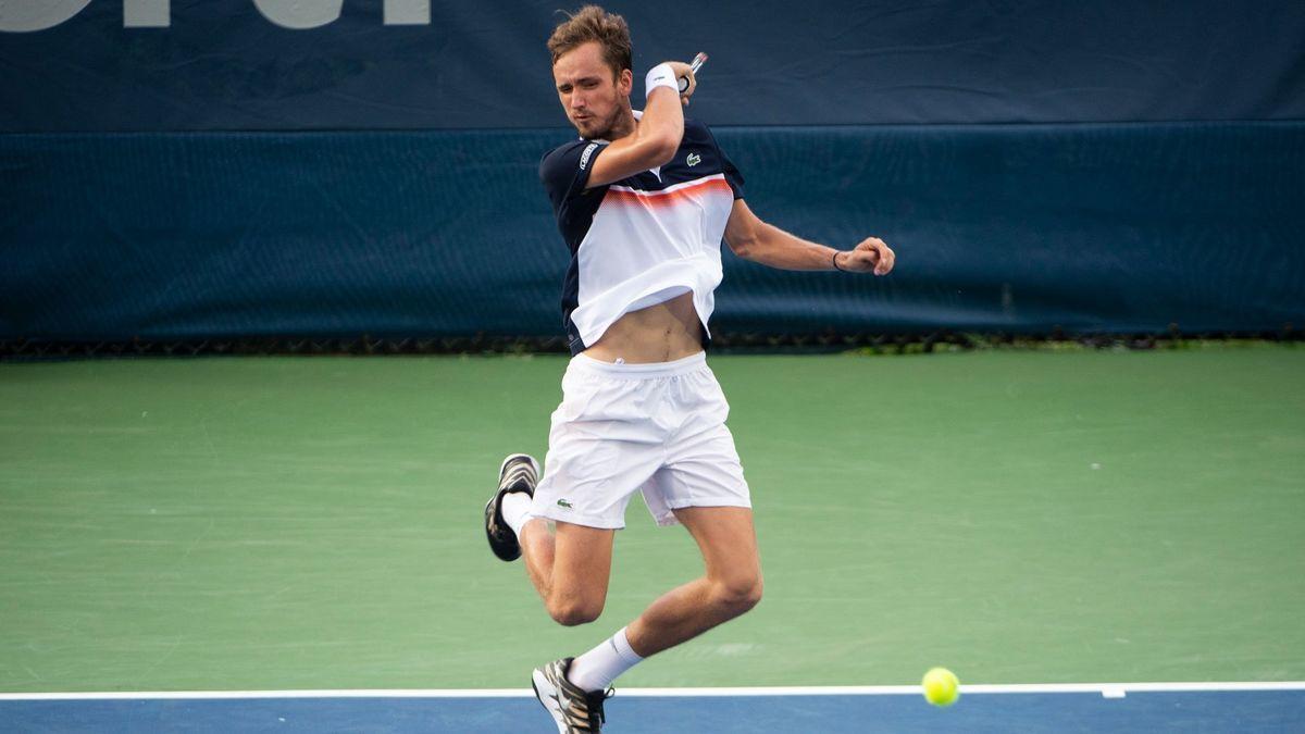 Медведев проиграл второй финал подряд