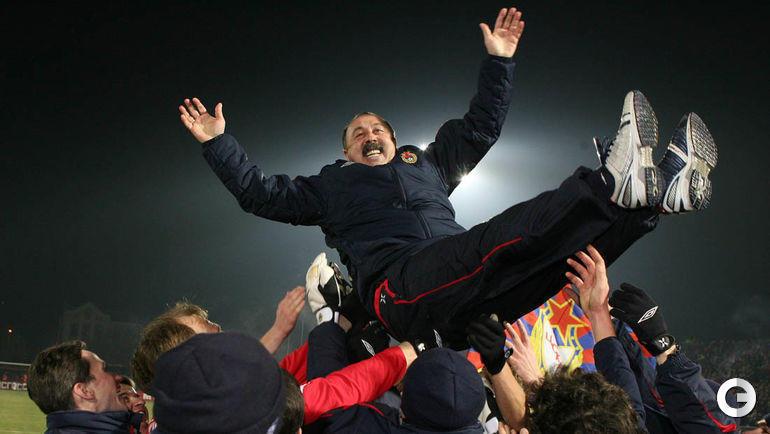 18 ноября 2006 года. Владивосток. Валерий Газзаев на руках армейских игроков после победы в чемпионате России.