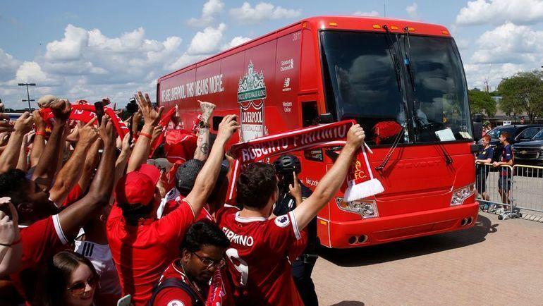 """Местные болельщики """"Ливерпуля"""" встречают автобус команды. Фото AFP"""