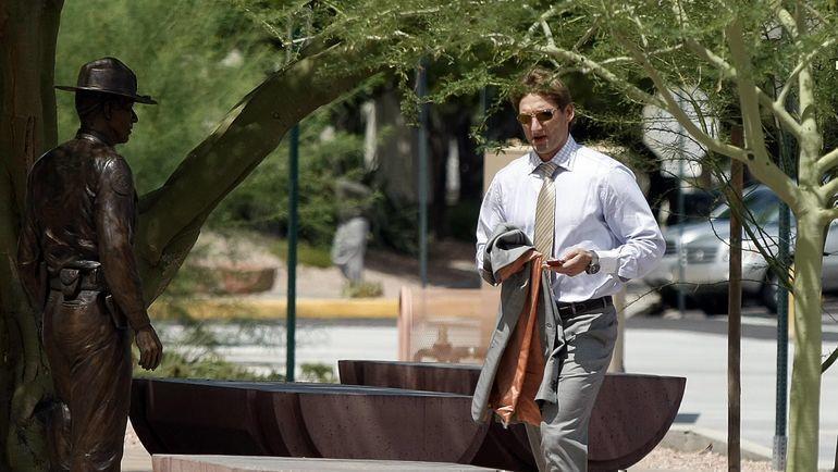 """27 августа 2010 года. Скоттсдейл. Вратарь """"Эдмонтона"""" Николай Хабибулин перед слушанием суда по его делу. Фото Reuters"""