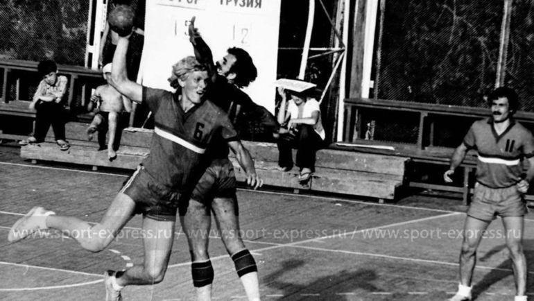 19-летний левый полусредний сборной РСФСР Евгений Трефилов атакует ворота сборной Грузии на Вторых Всесоюзных сельских играх в Саратове а 1974 году.