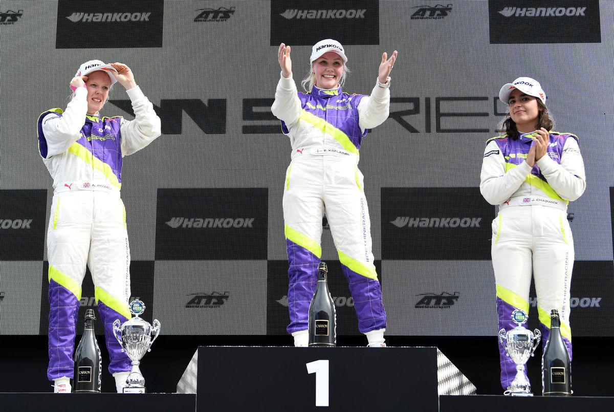 """""""Женская Формула"""" – это провал? Женщины за рулем болидов понравились не всем"""
