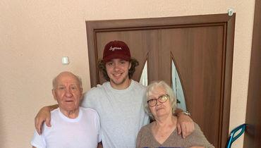 Артемий Панарин с дедушкой и бабушкой.