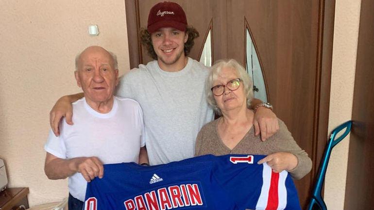 Артемий Панарин с дедушкой и бабушкой. Фото Instagram