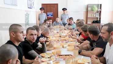 Павел Мамаев (третий слева) на обеде.