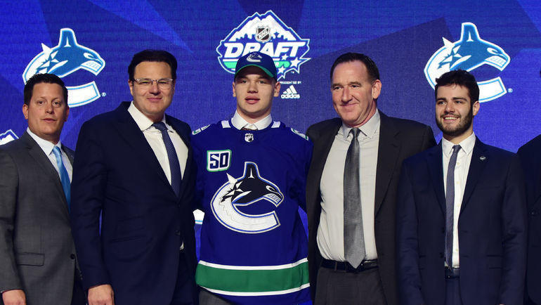 Василий Подколзин (в центре) во время драфта НХЛ-2019. Фото USA Today