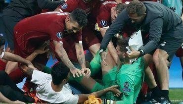 Фанат травмировал вратаря «Ливерпуля». Как это произошло
