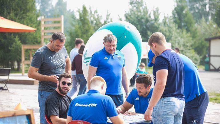 Игроки «Енисей-СТМ» раздают автографы болельщикам. Фото РК «Енисей-СТМ»