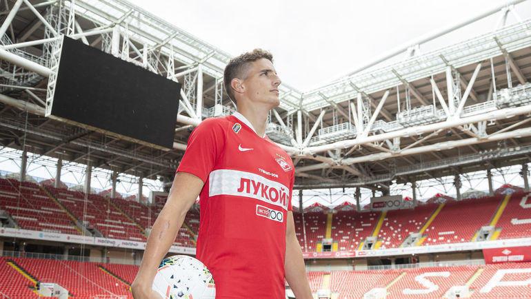 Гус Тил на стадионе красно-белых после подписания контракта. Фото ФК «Спартак»