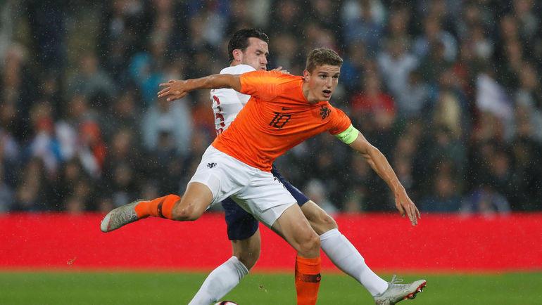 Гус Тил (на переднем плане) в матче за молодежную сборную Голландии. Фото REUTERS