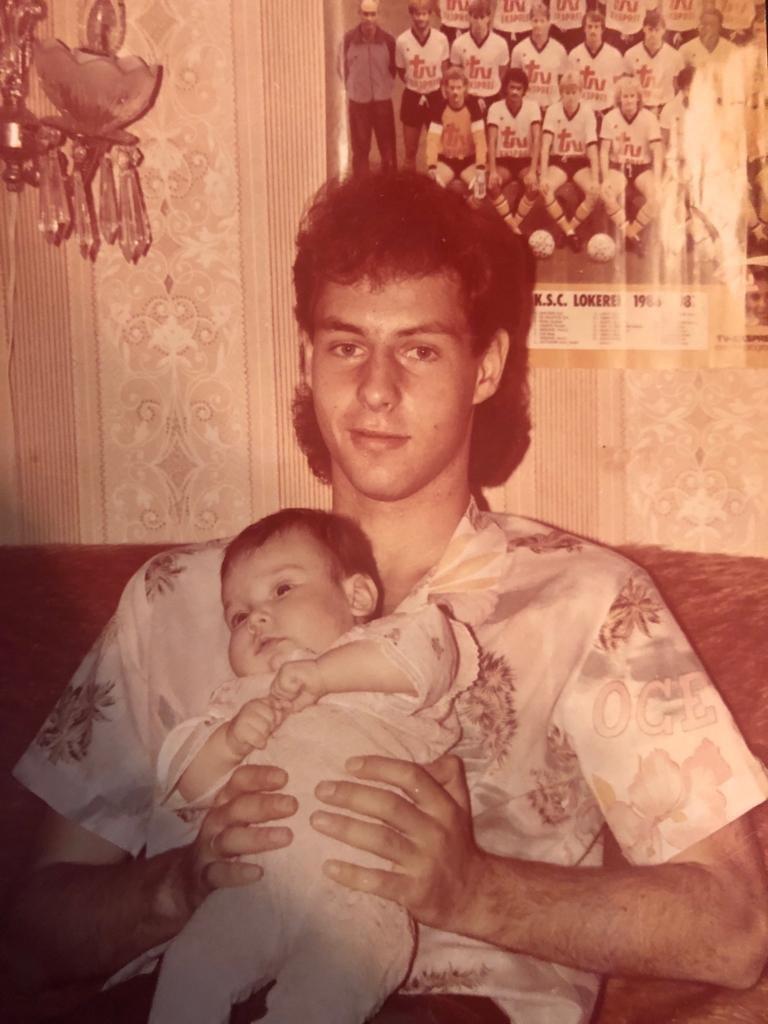 Конец 1980-х. Константин Сарсания сдочерью Надеждой во Франции. Фото Из архива семьи Сарсания