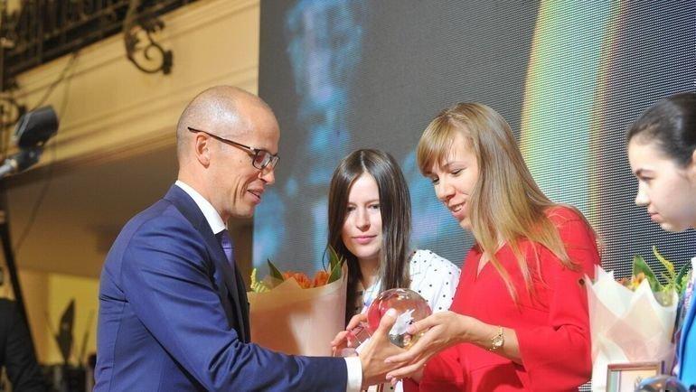 Александр Бречалов награждает победителей. Фото Андрей Поздеев, пресс-служба правительства Удмуртской Республики