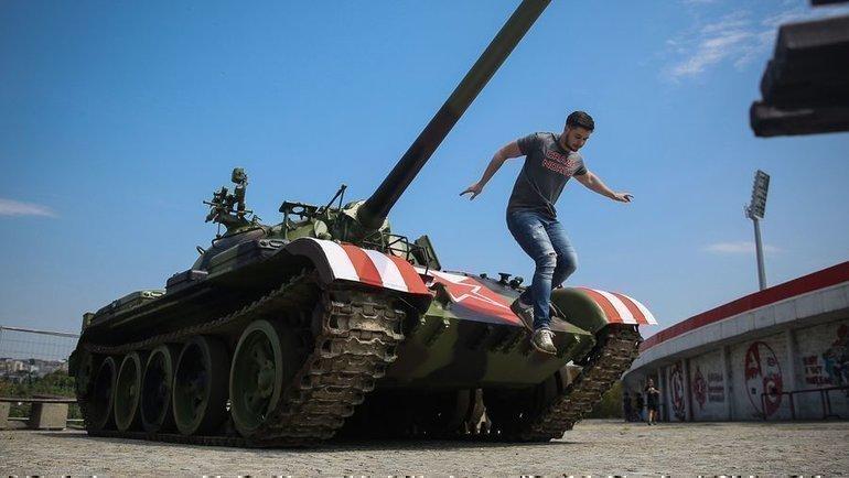 С понедельника советский танк Т-55 находится у домашнего стадиона «Црвены Звезды» «Райко Митич». Фото AFP