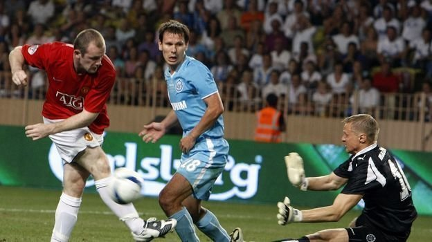 29 августа 2008 года. Монако. «Зенит» - «Манчестер Юнайтед» - 2:1. Вячеслав Малафеев отражает удар Уэйна Руни. Фото AFP
