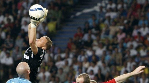 29 августа 2008 года. Монако. «Зенит» - «Манчестер Юнайтед» - 2:1. Вячеслав Малафеев против Уэйна Руни. Фото AFP