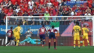 """31 августа. Памплона. """"Осасуна"""" - """"Барселона"""" - 2:2. 81-я минута. Роберто Торрес (№10) сравнивает счет с пенальти."""