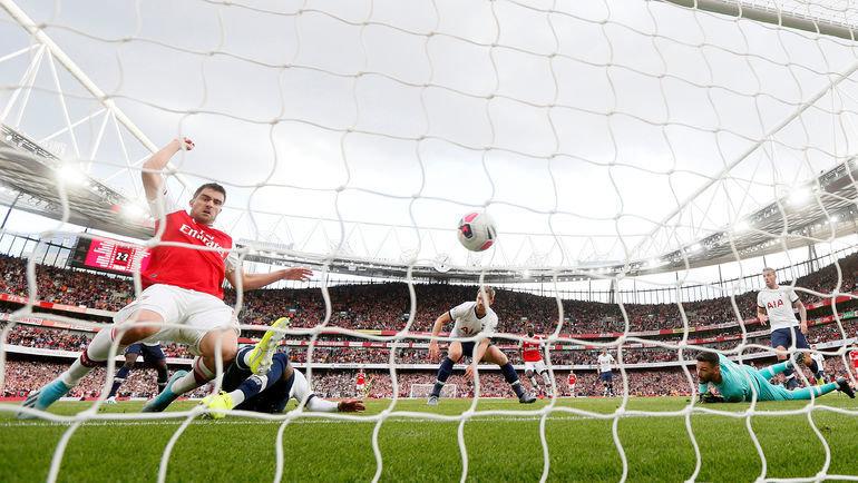 1 сентября. Лондон. «Арсенал» — «Тоттенхэм» — 2:2. Дени Роуз забивает автогол, но взятие ворот «шпор» будет отменено из-за офсайда. Фото Reuters
