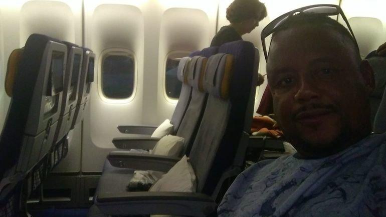 Робсон Оливейру в самолете.