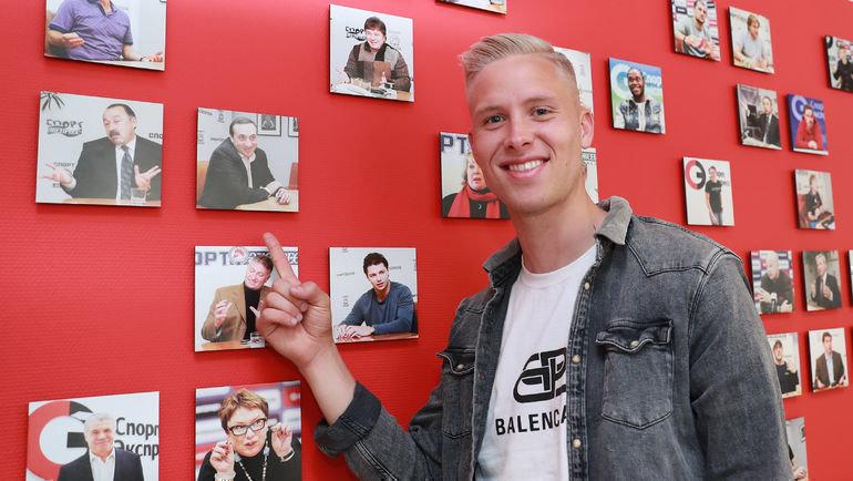 Хердур Магнуссон нашел фотографию президента ЦСКА Евгения Гинера на стене со снимками гостей «СЭ». Фото Федор Успенский, «СЭ» / Canon EOS-1D X Mark II
