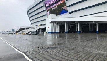 Бугры асфальта и плитки возле стадиона в Калининграде, на котором сыграет сборная России.