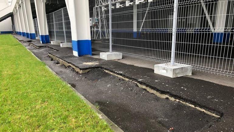 """Провалившийся асфальт возле стадиона. Фото """"СЭ"""""""