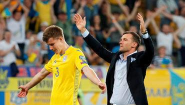 Главный тренер сборной Украины Андрей Шевченко (справа).