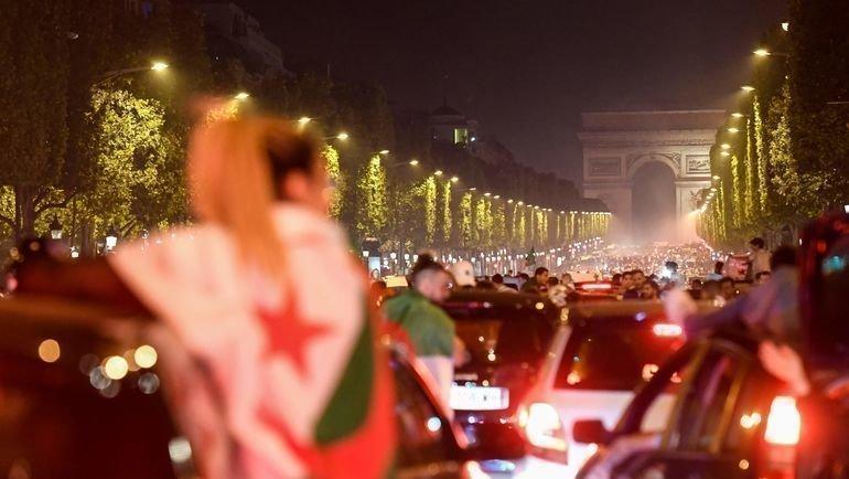 19июля. Болельщики сборной Алжира вПариже празднуют победу над Сенегалом наКубке Африки. Фото AFP