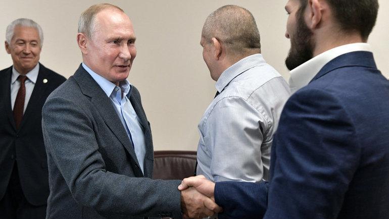 12сентября. Махачкала. Владимир Путин приветствует Хабиба Нурмагомедова. Фото Reuters